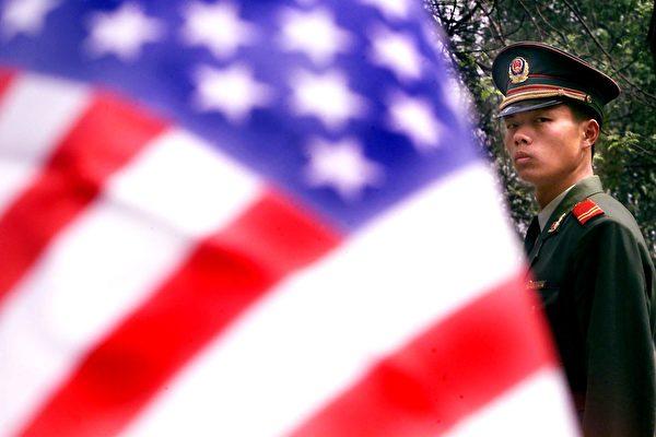 Военный полицейский стоит перед посольством США в Пекине, 18 апреля 2001 года. STEPHEN SHAVER/AFP/Getty Images | Epoch Times Россия