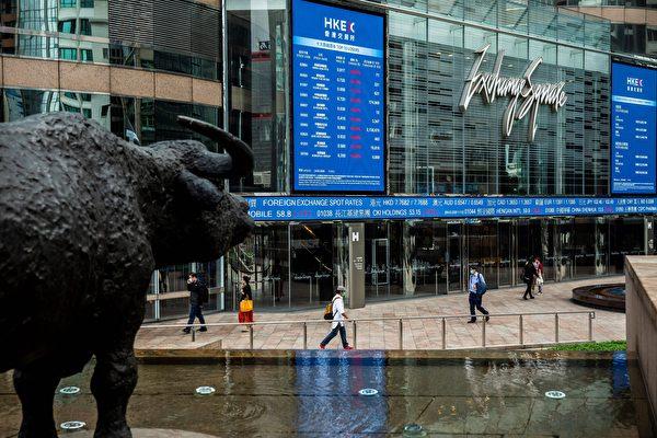 Электронное табло отображают различные курсы акций на Exchange Square в Гонконге, 9 марта 2020 года. ISAAC LAWRENCE/AFP via Getty Images | Epoch Times Россия
