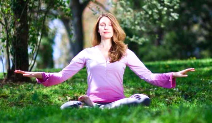 Женщина выполняет медитационное упражнение Фалунь Дафа. Исследователи обнаружили, что медитация и позитивное мышление в течение длительного времени приводят к развитию положительных черт характера. Фото: Джефф Ненарелла/Великая Эпоха (The Epoch Times)   Epoch Times Россия