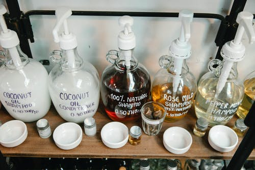 Выбор шампуней. Фото: pexels.com/ru-ru/@sarah-chai   Epoch Times Россия