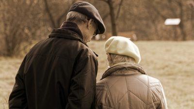 Слепой дедушка долго копил на романтический подарок жене. И сразил её на годовщину золотой свадьбы