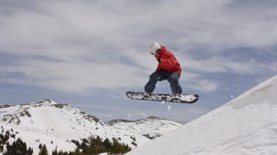 (Видео) Парень на сноуборде 2 часа неподвижно провисел в очень неудобном месте скалы. Там его и засняли очевидцы