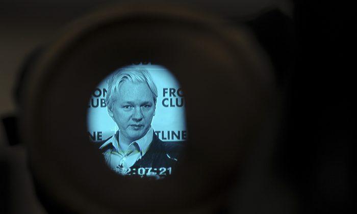 Основатель WikiLeaks Джулиан Ассанж делает снимок в видоискателе камеры, когда он выступает на пресс-конференции в центре Лондона 27 февраля 2012 г. (Carl Court / AFP / Getty Images)   Epoch Times Россия