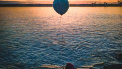 Мужчина обнаружил в своём дворе лопнувший шарик. Надпись на нём растрогала его до слёз