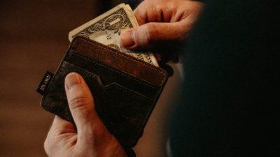 У школьника не было денег даже на обед. И вдруг он нашёл кошелёк, набитый деньгами! Вот это искушение…