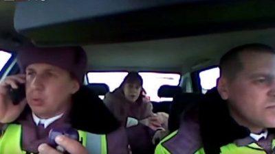 (Видео) 2-летний малыш перестал дышать в машине на трассе. Инспекторы ДПС сделали всё возможное, чтобы спасти ему жизнь!