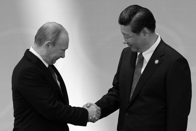 Контракт был подписан  в присутствии  Владимира Путина  и Си Цзиньпина. Фото: MARK RALSTON/AFP/Getty Images | Epoch Times Россия