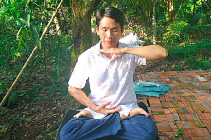 Дун Тэп практикует медитацию Фалуньгун. Фото предоставлено Дун Тэп | Epoch Times Россия