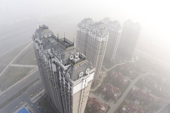 Окружённое смогом здание в Харбине. Фото: STR/AFP/Getty Images   Epoch Times Россия