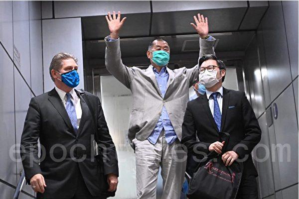 Джимми Лай вышел из полицейского участка рано утром 12 августа. Song Bilong/The Epoch Times | Epoch Times Россия