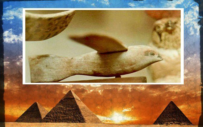 Вверху: деревянная фигура, которую некоторые считают птицей, а некоторые - самолетом, датируемой III веком до нашей эры, найденной в Саккаре (или Саккаре), Египет. (Давуд Халил Мессиха / Wikimedia Commons) Внизу: файловая фотография пирамид в Египте. (Shutterstock *; отредактировано Epoch Times)   Epoch Times Россия