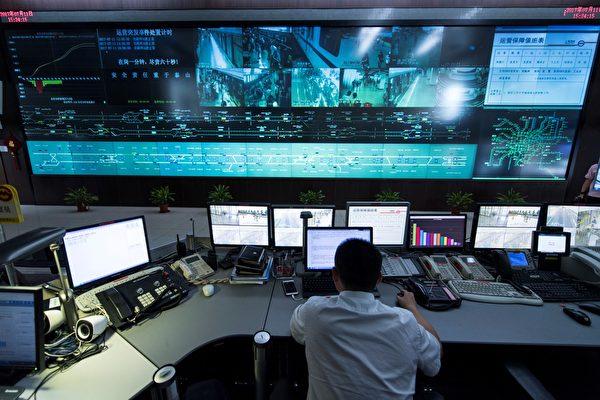 Специалист работает в центральном командном центре системы метро Шанхая, 11 июля 2017 года. JOHANNES EISELE/AFP/Getty Images | Epoch Times Россия