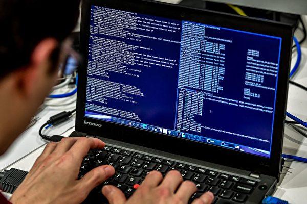 Человек за компьютером на 10-м Международном форуме по кибербезопасности, Лилль, Франция, 23 января 2018 года. PHILIPPE HUGUEN/AFP via Getty Images   Epoch Times Россия