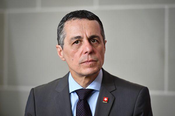 Министр иностранных дел Швейцарии Иньяцио Кассис слушает вопрос журналиста после встречи с испанским коллегой в Берне, 23 апреля 2018 года. FABRICE COFFRINI/AFP via Getty Images   Epoch Times Россия
