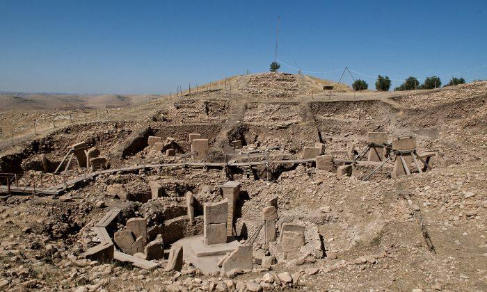 Гобекли-Тепе считается самым старым местом поклонения и представляет собой массивную серию каменных мегалитов, занимающих более 20 акров и предшествующих Стоунхенджу примерно на 6000 лет, что делает его возрастом около 12000 лет. (Викискладе) | Epoch Times Россия