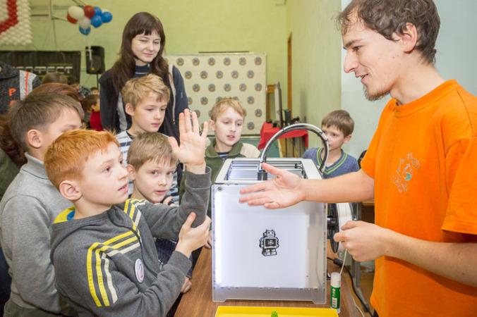 Ребята отвечают на вопросы у 3D принтера. Фестиваль робототехники «РобоФест» в Рязани. Фото: Сергей Лучезарный/Великая Эпоха | Epoch Times Россия