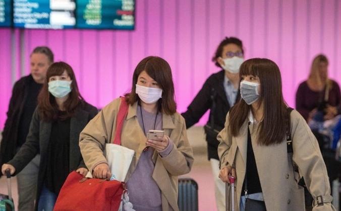 Пассажиры надевают защитные маски, чтобы защитить себя от распространения коронавируса в Международный аэропорт Лос-Анджелеса, Калифорния. 22 января, 2020. Mark Ralston /AFP via Getty Images   Epoch Times Россия
