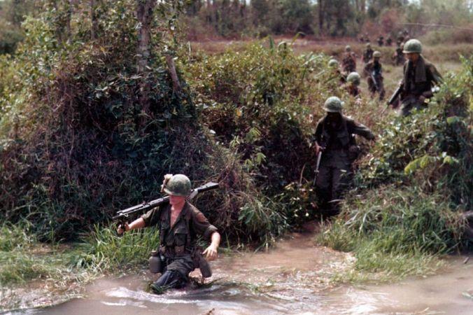 Пересечение реки, Вьетнам, 1968 год. Фото: Public Domain | Epoch Times Россия