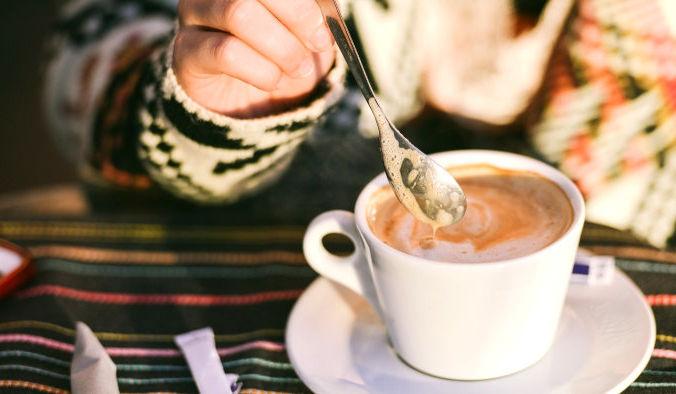 Сколько сахара вы положили в утреннюю чашку кофе? Две, три? Надеюсь, что меньше. Фото: Ed Gregory/pexels /CC0 Public Domain   Epoch Times Россия