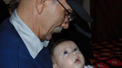 (Видео) Мужчина стал прадедушкой. Но расплакался, не когда увидел внука, а когда узнал о сюрпризе от молодых родителей