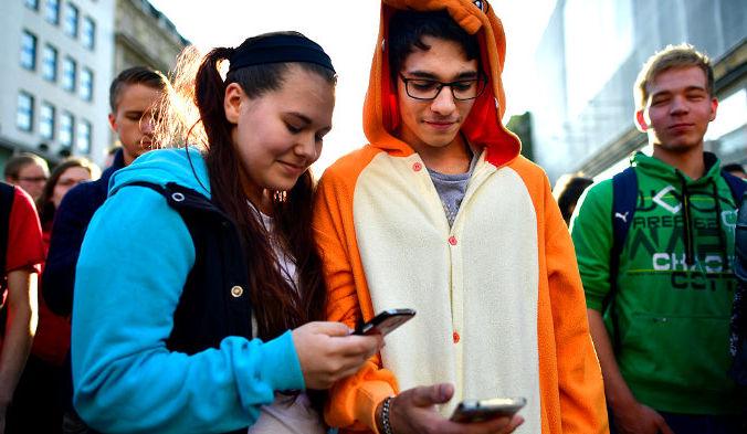 Нашумевшая Pokemon Go находит все больше сторонников. Многие фанаты игры уже заявили о том, что никогда не двигались больше, чем во время игры. Фото: Alexander Koerner/Stringer/Getty Images News | Epoch Times Россия