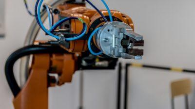 Американец сделал робота-мусорщика из детского электромобиля