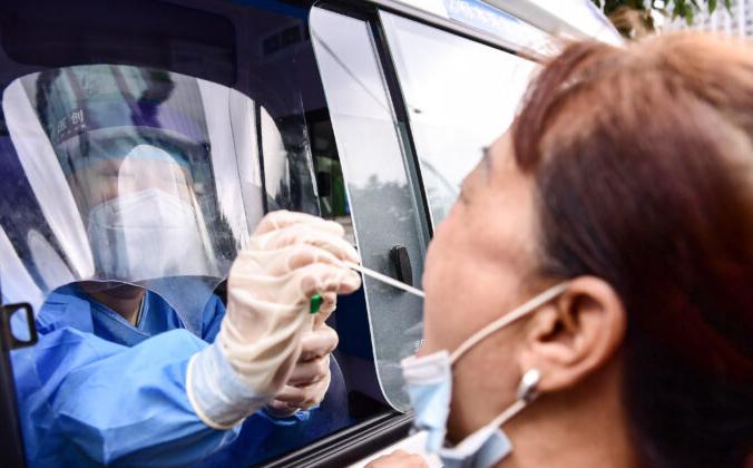 29 июля 2020 года медицинский работник проводит тест на коронавирус COVID-19 у жителя города Шэньян в северо-восточной китайской провинции Ляонин, Китай. STR/AFP via Getty Images   Epoch Times Россия
