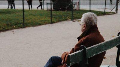 75-летний вдовец вывесил плакат, умоляя людей об общении. Сколько же оказалось желающих ему помочь!