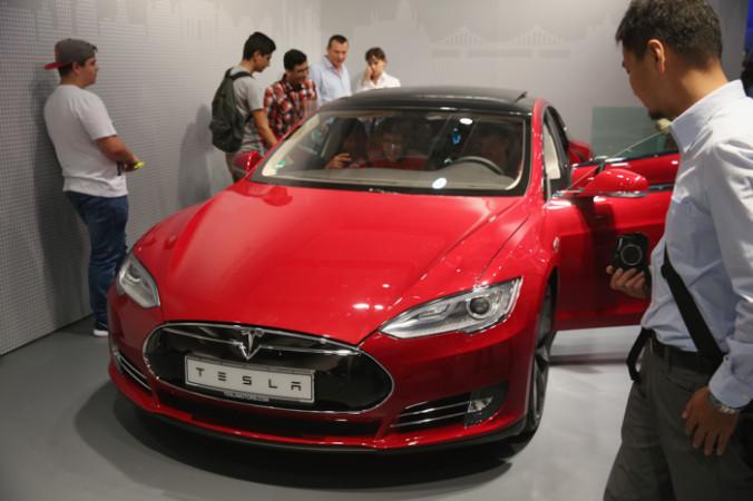 Илон Маск представил новый электрокар Tesla с двумя моторами