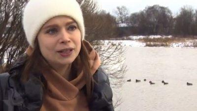 (Видео) Многодетная мама не стала смотреть, как тонет в ледяной воде её собака. Бросилась спасать!