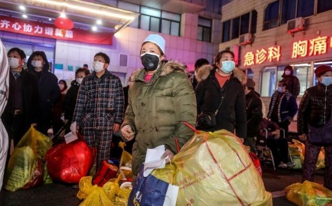 Пациенты, инфицированные коронавирусом COVID-19, ожидают перевода из больницы № 5 в новую больницу Лейшеньшань в Ухане (Китай). 3 марта 2020г.  STR / AFP через Getty Images | Epoch Times Россия