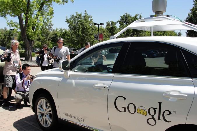 Самоуправляемый автомобиль Google едет по городу Маутин-Вью, Калифорния, 13 мая 2014 года. Фото: Glenn Chapman/AFP/Getty Images   Epoch Times Россия