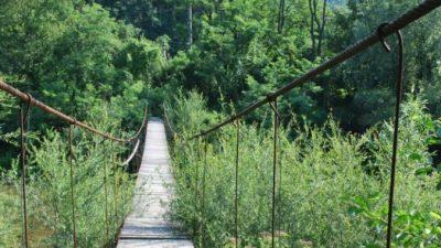 Пенсионер дядя Коля возил 6-метровые доски на стареньком велосипеде, чтобы починить подвесной мост