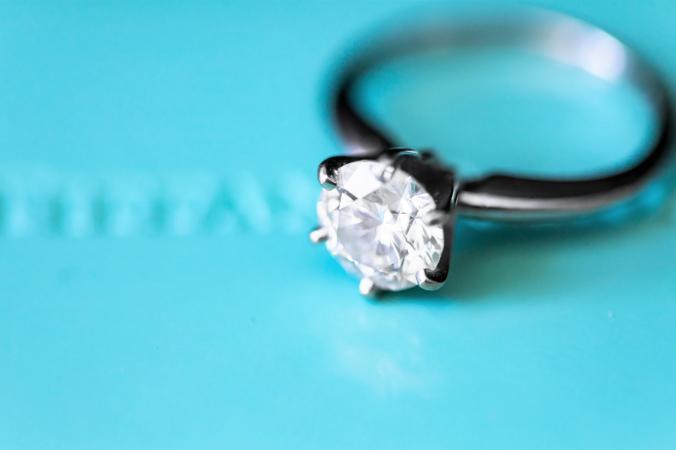 drz    DpaZr8hPSQs unsplash 1 676x450 1 - Женщина на барахолке купила кольцо с большим камнем. 30 лет спустя ювелиры сказали, что это бриллиант