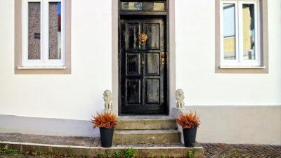 О сроке службы входных дверей