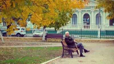 Одиночество делало старика невидимым в многолюдном парке. От этой картины у прохожей защемило сердце, и она придумала, как это исправить