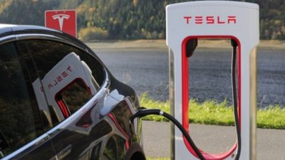 Tesla показала зарядку при помощи роботизированного манипулятора