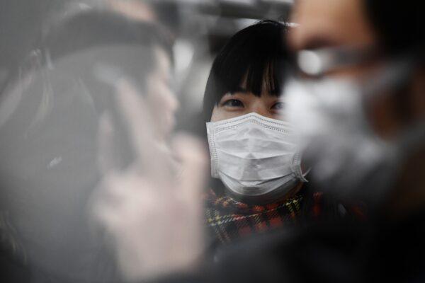 Пассажиры в масках в метро в Токио, 8 февраля 2020 года. CHARLY TRIBALLEAU/AFP via Getty Images | Epoch Times Россия