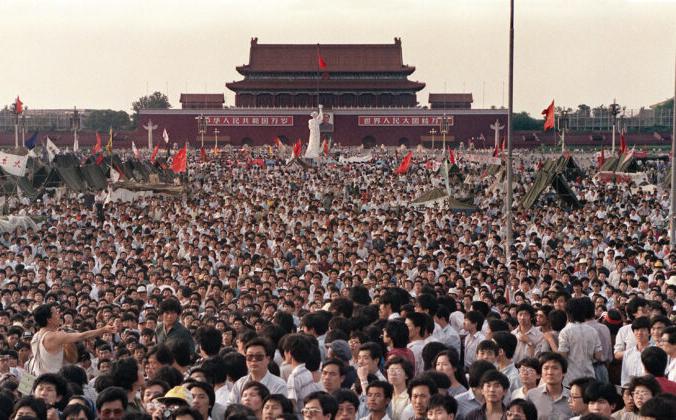 Сотни тысяч китайцев собираются на площади Тяньаньмэнь вокруг 10-метровой копии статуи Свободы, названной богиней демократии, 2 июня 1989 года. Catherine Henriette/AFP via Getty Images   Epoch Times Россия