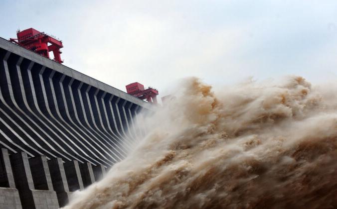 Вода, выпущенная из плотины «Три ущелья» — гигантского гидроэнергетического проекта на реке Янцзы в Ичане, центральной китайской провинции Хубэй, 24 июля 2012 г. STR / AFP/GettyImages   Epoch Times Россия