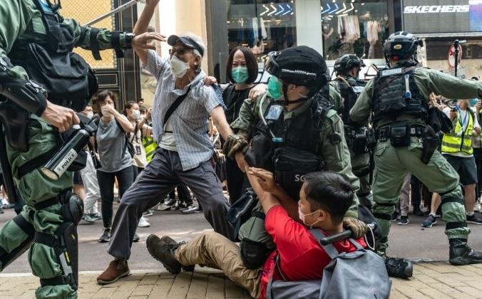 Сторонники демократии вступают в схватку с полицейским спецназом во время задержания на митинге в районе Козуэй-Бей в Гонконге 27 мая 2020 года/ Anthony Kwan / Getty Images | Epoch Times Россия