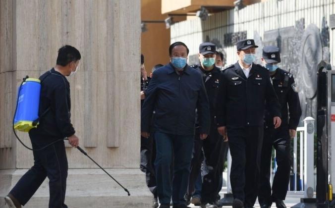 Полиция и чиновники выходят из средней школы в Пекине 27 апреля 2020 года. Greg Baker/AFP via Getty Images | Epoch Times Россия