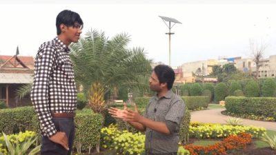 Рост 21-летнего пакистанца достигает 232 см. Он рад вниманию, но лёгкой его жизнь не назовёшь