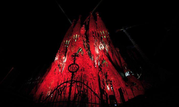 Красные огни освещают базилику Саграда Фамилия, спроектированную архитектором Антони Гауди в ознаменование Всемирного дня борьбы со СПИДом 1 декабря 2010 года в Барселоне. (LLUIS GENE / AFP / Getty Images) | Epoch Times Россия