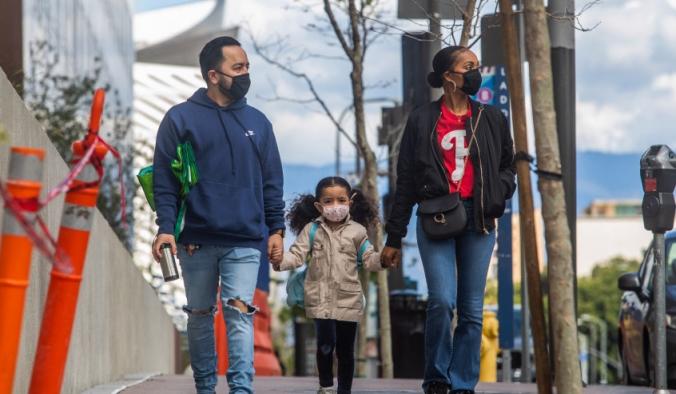 Семья в масках идёт по центру Лос-Анджелеса, 22 марта 2020 года. APU GOMES/AFP via Getty Images   Epoch Times Россия