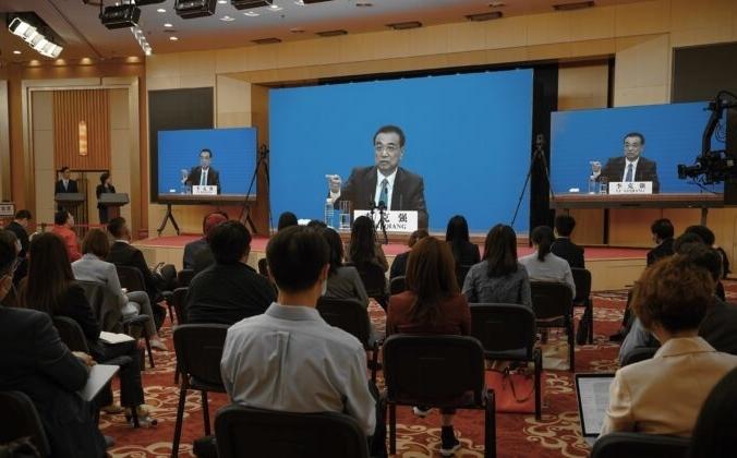 Премьер-министр Китая Ли Кэцян выступает на видео-пресс-конференции из Большого зала Народного собрания в Пекине, Китай, 28 мая 2020 года. Andrea Verdelli / Getty Images   Epoch Times Россия