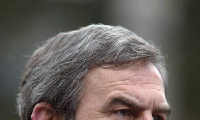 Ласло Токес, который спровоцировал антикоммунистическое восстание 1989 года в городе Тимишоара на западе Румынии, обращается к этническим венграм во время демонстрации, в которой приняли участие около 10 000 человек в Одорхеюл-Секуйеск, Румыния, 15 марта 2006 г. (Daniel Mihailescu / AFP / Getty Images)   Epoch Times Россия