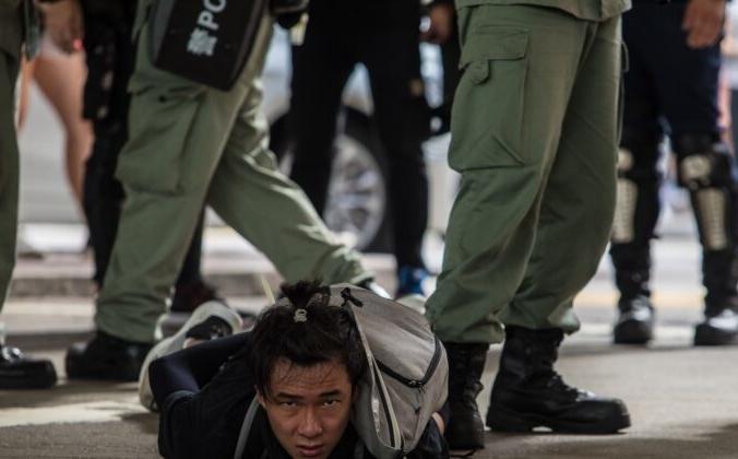 Спецназ задерживает мужчину во время митинга против нового закона «О национальной безопасности» в Гонконге 1 июля 2020 года, в 23-ю годовщину передачи города от Британии Китаю. Dale de la Rey/AFP via Getty Images | Epoch Times Россия