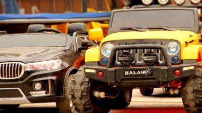3-летняя девочка припарковала свой игрушечный BMW рядом с настоящими автомобилями. Полицейские отметили мастерство водителя и засыпали машину подарками