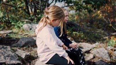 Сёстры искали маму 40 лет и однажды увидели свою детскую фотографию в «Фейсбуке». Наконец семья в сборе!